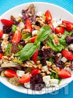 Зелена салата с ягоди, синьо сирене и орехи - снимка на рецептата